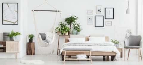 stanza letto con materasso e arredamento